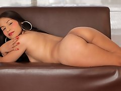 Beautiful Naidu Fox is here to show off her sexy and perfect body for us. She loves to show off for everyone and who are we to stop her? Chill, sit ba